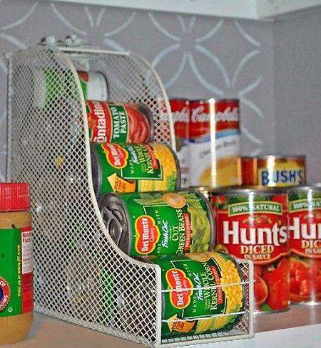 Porte-boîtes de conserves ingénieux  Bonne idée : utilisez des porte-magazines pour ranger les boîtes de conserves dans le garde-manger. Disponibles chez IKEA ou autres grands magasins.