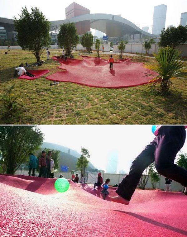 Architekci stworzyli instalację śladów dwóch dużych potworów jako część miast Shenzhen i Hong Kongu. Monster Footprint na Placu Citizen składa się z 120 metrów kwadratowych różowej gumy zatopionej w ziemi i funkcjonuje jako plac zabaw dla mieszkańców w centrum miasta.
