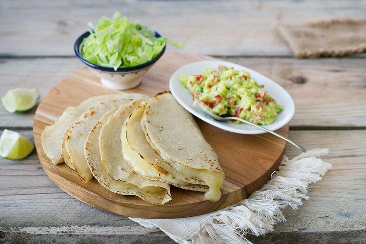 Le quesadillas sono un goloso street food dalla cucina messicana formate da una tortilla di mais o farina, ripiegate a metà e farcite con formaggio.