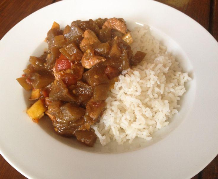 Gestoofde aubergine met kip en rijst. Een beetje vreemd uitziend gerecht, maar o zo smakelijk. En makkelijk te maken ook nog eens.