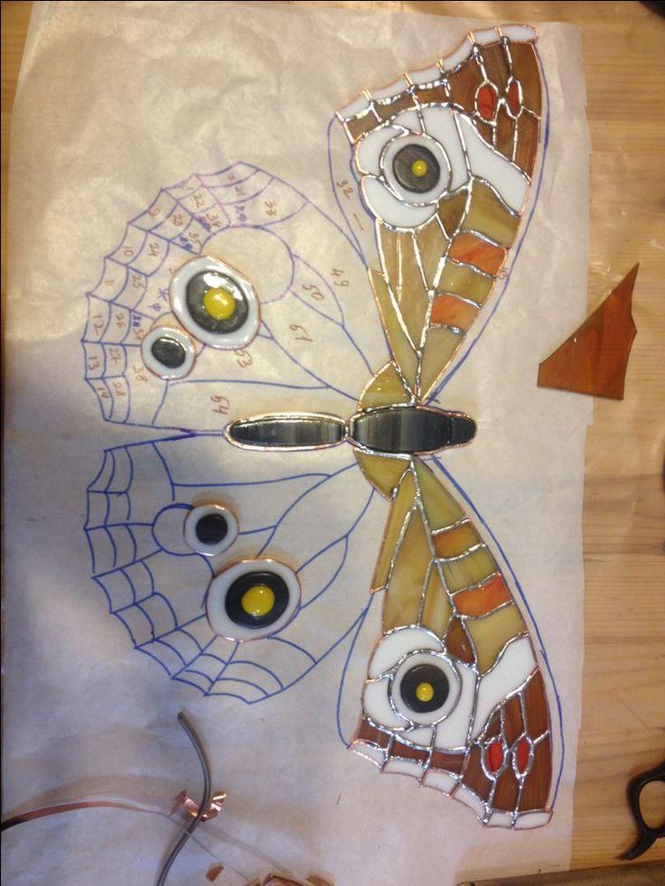 Сегодня я представлю небольшой мастер-класс по изготовлению бабочки в технике Тиффани. Сложность — выше средней. Время выполнения — 3-4 дня. Количество деталей — 134 шт. Размер: 25*40 см. Необходимый инструмент и средства защиты: 1. Стеклорез. 2. Щипцы для ломки стекла. 3. Щипцы для ломки стекла с резиновыми губками. 4. Кусачки для припоя. 5. Щипцы для ломки стекла ZAG-ZAG. 6.