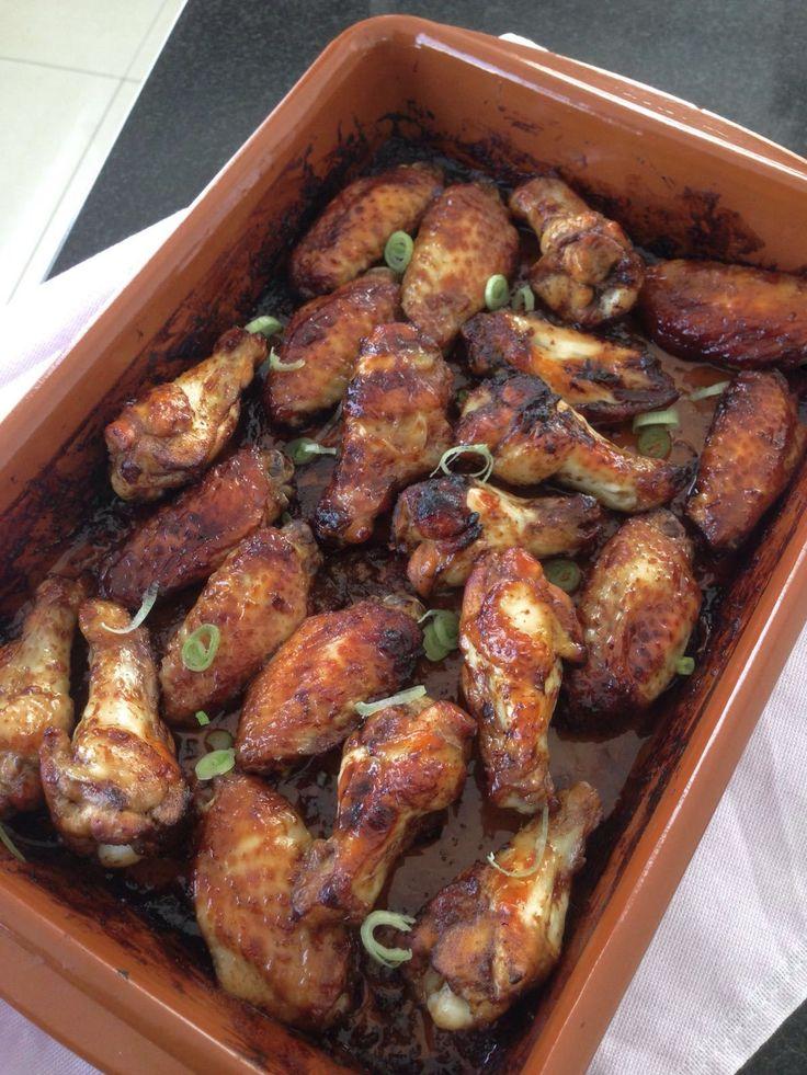 Deze kipkluifjes passen eigenlijk wel bij iedere rijsttafel, maar kunnen ook prima als borrelhapje of op de barbecue. Hoisinsausis een zoete saus, gemaakt van sojabonen,rijstazijn, knoflook,rod…