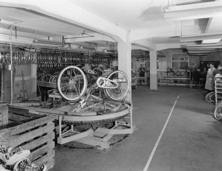 Prøvemontering av sykkel på siste stasjon av et nytt samlebånd i monteringsavdelingen i sykkelfabrikken til Jonas Øglænd AS i Solaveien | Ludvigsen, Ludvig