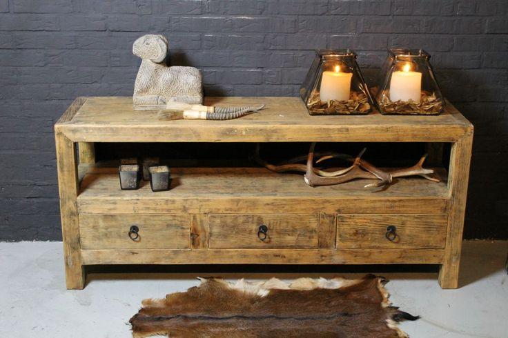 Mooi robuust tv meubel van oud hout.  Afmeting 137x60x40cm.  Dit meubel is op voorraad, maak gerust een afspraak om het meubel te komen bekijken in onze showroom.