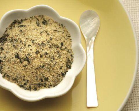 Sale aromatico con kombu, curry e semi di papavero