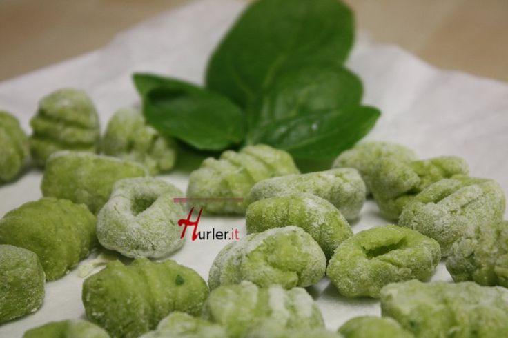Gnocchetti Verdi: un primo semplice, colorato, saporito e semplice. Per una preparazione più veloce, si possono utilizzare spinaci surgelati e la salsa