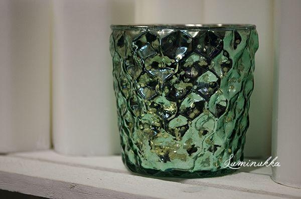 Kiiltävä smaragdinvärinen tuikkukippo puristettua lasia. Eläväpintainen lasi näyttää kauniilta kynttilän palaessa kipossa!  Shining candle cup made of glass. Pretty, emerald color with a lively surface. Looks even more beautiful when candle is burning inside!