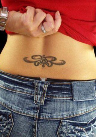Маленькая абстрактная татуировка на пояснице для девушек