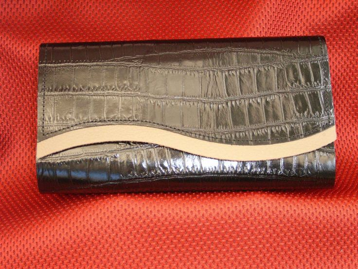 Black Croc Pattern leather with light beige trim