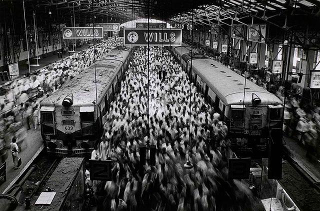 ボンベイのチャーチゲート駅, インド 1995 > セバスチャン・サルガド (Sebastião Salgado)
