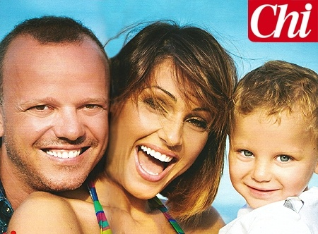 Anna Tatangelo e Gigi D'Alessio posano con il figlio Andrea, 2 anni: foto - Foto e Gossip by Gossip News