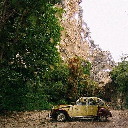 Слезы радости на ветровом стекле  Знакомьтесь  легендарный автомобиль Европы, звезда французских кинокомедий Citroën 2CV6 прозвище Deux chevaux, Дё-шево —две лошадки выпускался с 1949 года. На этом автомобиле мне предстоит проехать более 1000 незабываемых километров  #crimea-trip #Citroën