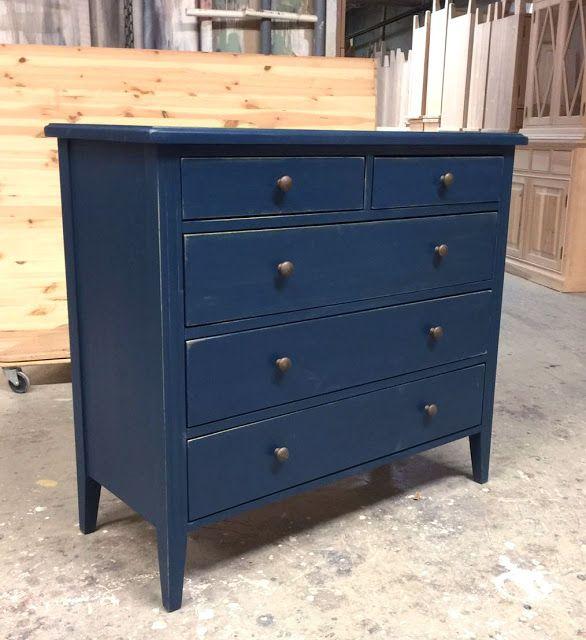 Voimakkaan siniseksi maalattu piironki. Piironki on tervaleppää ja erilaiset vetimet valitsemalla siitä saa juuri oman näköisen.