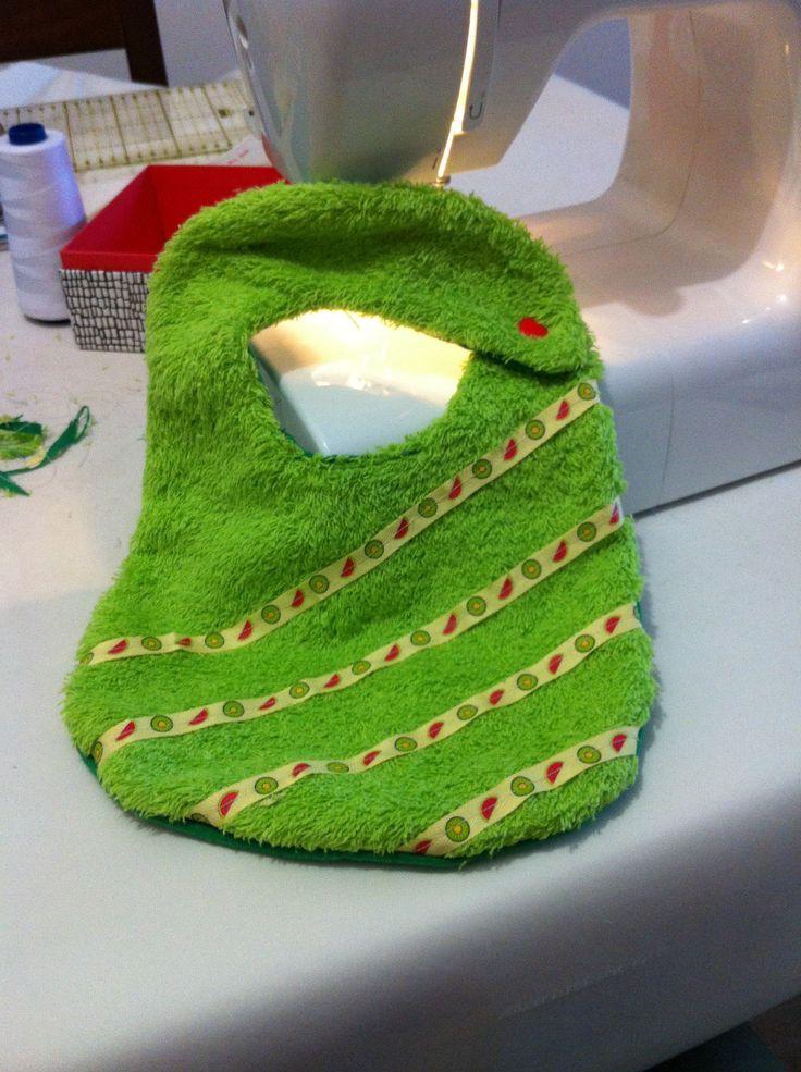 Babero de toalla verde con cinta de algodón decorada