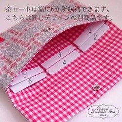 サイズ 横19cm たて12cm(内寸18.5×11.5cm) 素材 表地:リバティタナローン(コットン100%)に接着芯をはっています。 内布:CHECK&STRIPEさんのコットン100%に接着芯をはっています。リバティのフェリシテで作ったシンプルな通帳&母子手帳ケースです。 丸みのあるふっくらとした花が愛らしく印象的なフェリシテは不動の人気柄。ポイントにタグを縫い付けました。ホックを開けると内側に6箇所カードを収納するポケットがついています。最後の画像(同じデザインの別商品)参照(ハンドメイドのため、仕切り幅に多少の差があります) 表地、内布すべてに接着芯を貼っています。 通帳は5~6冊入ります。 デザイン上小さめのホックを付けていますので開閉はやさしくお願いします。通帳ケースとしてだけでなく、通院用、カード&レシートケース、パスポートケース、年金手帳などの貴重品入れとして…などいろいろ使えます。バッグからさっと取り出したときに目を引くリバティはとてもおしゃれにお持ちいただけます。※湿度や気温によって生地と接着芯の間に空気が入る場合があります。中温で押さえる様に...