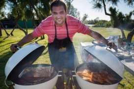 Vous avez un barbecue à gaz, à charbon ou electrique et vous vous en servez uniquement 2 mois par an pour faire des saucisses et des brochettes ? Rafa et son barbecue vont vous faire voyager et innover dans des recettes qui séduiront petits et grands, gourmands ou pas.  Bonne dégustation !