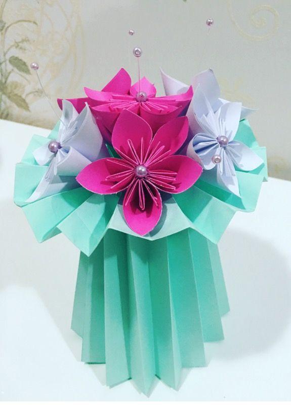 Vaso plissado de Origami com Flores em forma de buquê e pérolas - Ideal para decorar festas ou para fazer lembrancinhas. Aceitamos encomendas! Link para compra: http://produto.mercadolivre.com.br/MLB-886998575-vaso-plissado-com-flores-de-origami-buqu-_JM