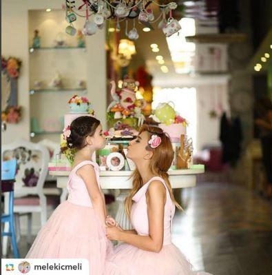 alcheracom#GPRepost,#reposter,#notetag @melekicmeli via @GPRepostApp ======> @melekicmeli:Herkese mutlu hafta sonları 💕💓💞 Benim en sevdiğim kıyafetlerim anne kız giyebildiklerim💁🏻😊 Alchera'da bu seneki Floral Dreams koleksiyonunu biz çocuklarımızla aynı giyinmeyi seven anneler için bir ilk yaparak Mom&Kids olarak çıkardı! @alcheracom . Artık kızıma uygun kıyafeti bulmak zor değil😊 Üstelik yakında açılacak online satış sitesiyle bir tıkla evimizde😌 #alchera #alcheracom…