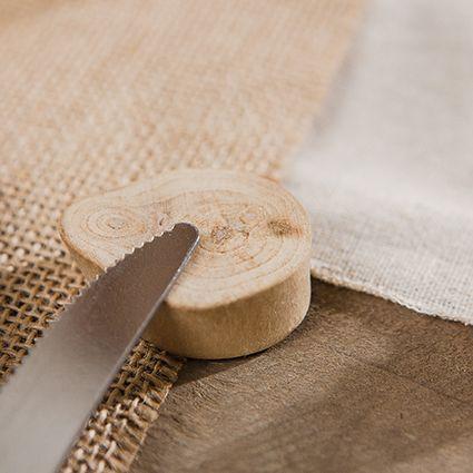 Utilisez des rondelles de bois flotté en guise de porte-couteau pour une déco 100% naturelle à Noël !