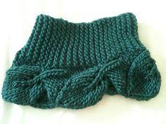 A gola 'Leaving on edge' cowl é tricotada em agulhas retas, receita da designer Rose Anne. A receita gratuita está disponível em inglês no site This is knit, onde há outros trabalhos ig…
