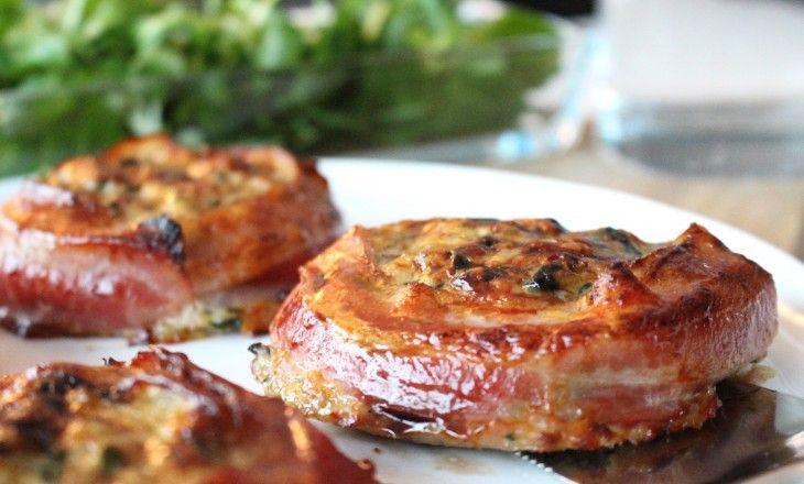 Kycklingpuckar på färs med örter och grönt, inlindade i saltsöt krispig bacon.