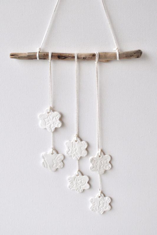 Hanger met kanten bloemen. Superleuk voor op een rustieke slaapkamer of dat lege muurtje in de hal. Shop nu - want op=op!