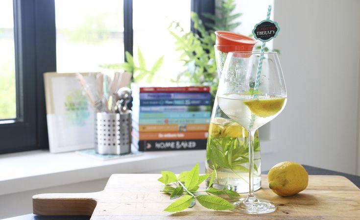 Toegegeven: het weer is – op een paar uitzonderingen na – nog niet echt dorstig geweest. Gelukkig voorspellen de weermannen-en vrouwen het komende weekend iets meer zon en zomer. Geef je een feestje, of ben je gewoon op zoek naar een verfrissend drankje, dan kan ik alleen maar deze limonade aanraden – gemaakt van citroenverbena …