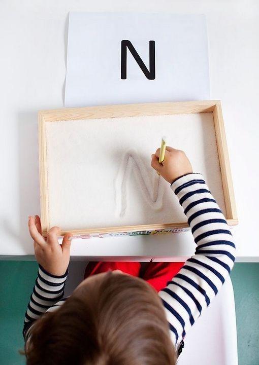 """Помните, как вы рисовали в детстве палочками на песке? Чтобы воспроизвести это занятие дома, используйте коробку, заполненную песком или на крайний случай - крупой, а дальше - карандаш ему в руки :)  Перед ребенком, который только учит буквы, положите лист с образцами букв. Более """"знающему"""" можно разрешить писать все, что угодно. Да и просто порисовать интересно.  Кстати, если рисовать пальцами это гОраздо приятней :)"""