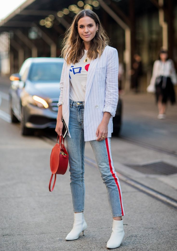 Casual: jeans, T-shirt and striped blazer – this look is for a sexy …
