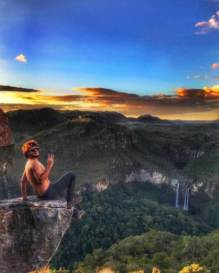 Esse é o Mirante da Janela de onde se tem uma vista privilegiada dos Saltos do Rio Preto que estão dentro doParque Nacional da Chapada dos Veadeiros e o acesso se dá pelo povoado de São Jorge município de Alto Paraiso. Entre suas atrações turísticas destacam-se várias cachoeiras como as do Rio Prata de Santa Bárbara da Capivara as da Veredas e a Ponte de Pedra. Foto: @felipebaziotti  #blogmochilando #brasil #Goiás #cavalcante #cachoeiras #natureza #dicasdeviagem