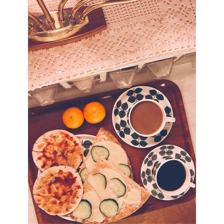 Dag 17. . Polarbröd med jordnötssmör & sylt. Kaffe + ostmacka. . Vegan-pannkaka med sylt. (recept: javligtgott.se) . Zucchini-burgare (som vi tillagade och fryste in i somras), bröd, sallad, äggfri majonäs, bbq- sås & inlagd majrova (också från sommaren). . #vegetariskt #vegan #vego #frukost #lunch #middag #ekonomi #jävligtgott