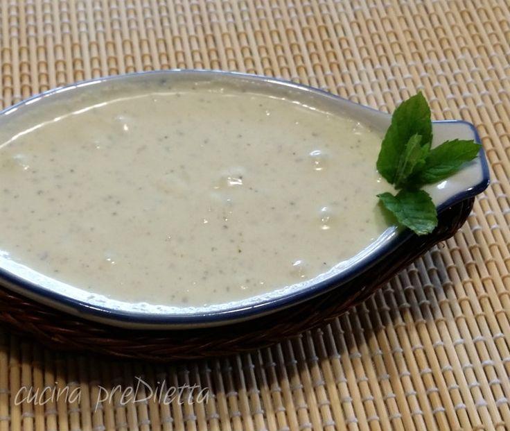 La salsa di ricotta fresca è un condimento per primi piatti facile e veloce. Bastano pochi ingredienti da preparare a crudo e, mentre cuoce la pasta, potete