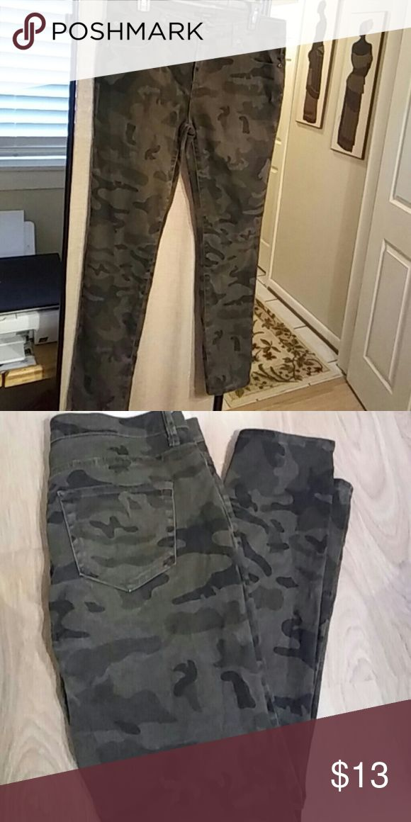 """Forever 21 Camouflage Skinnies EUC. Apprx 27"""" inseam. 99% Cotton. 1% Spandex. Forever 21 Pants Skinny"""