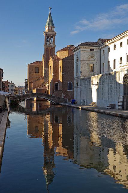 Canale Vena, Chioggia - Il comune di Chioggia si trova su di una piccola area peninsulare adriatica fra la Laguna Veneta e il Delta del Po, a circa metà strada tra Venezia e Ferrara, e a circa 50 km da Padova e Rovigo, con le cui province il comune confina direttamente.