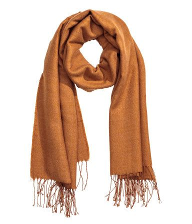 Camel. Scarf in soft woven fabric with fringe on short sides. Size 31 1/2 x 82 3/4 in.