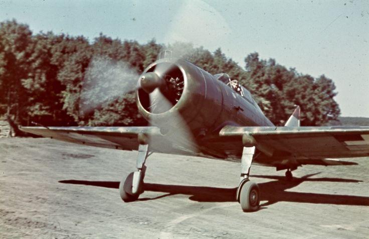 Венгерский истребитель Re.2000 Heja перед взлетом с аэродрома на Восточном фронте
