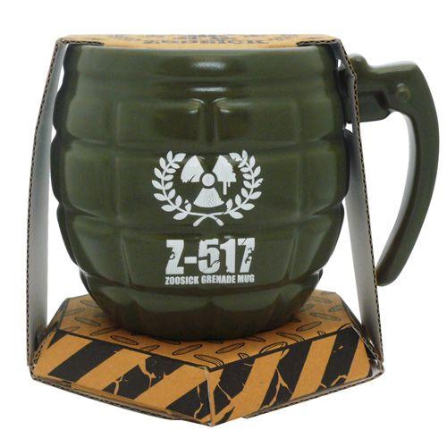 Deze groene keramische mok is een kopie van Ruslands elite Spetznaz manschappen. Inclusief batchnummer, de handvat is de pin van de granaat.     Nee deze keramische mokken ontploffen gelukkig niet, maar er gaat zoveel koffie in deze beker dat uw maag er misschien van gaat borrelen.     Een stoer origineel cadeau.     Eigenschappen:     Afmetingen: 13 X 9,5 X 9cm     Hoogwaardige keramische drinkbeker in de vorm van een granaat.