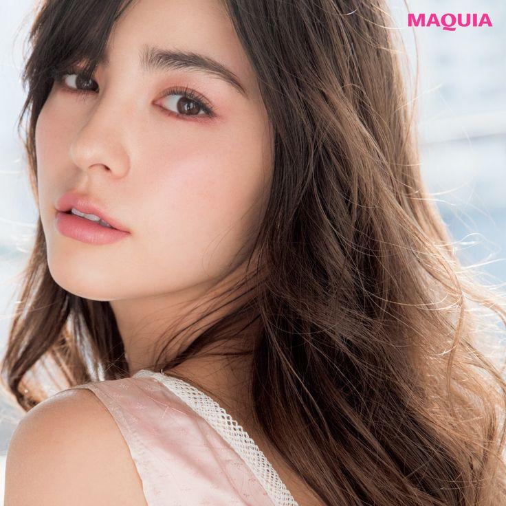 「MAQUIA」5月号では、この春、ラッキーカラーとして注目のピンクを使った大人のメイクをご紹介。とけ込むようなピンクで上品に。とけ込むピンク絶妙なスモーキーピンクでアンニュイアイに1 肌にとけ込む大人のくすみ系ピンク。デザイニング カラー アイズ...