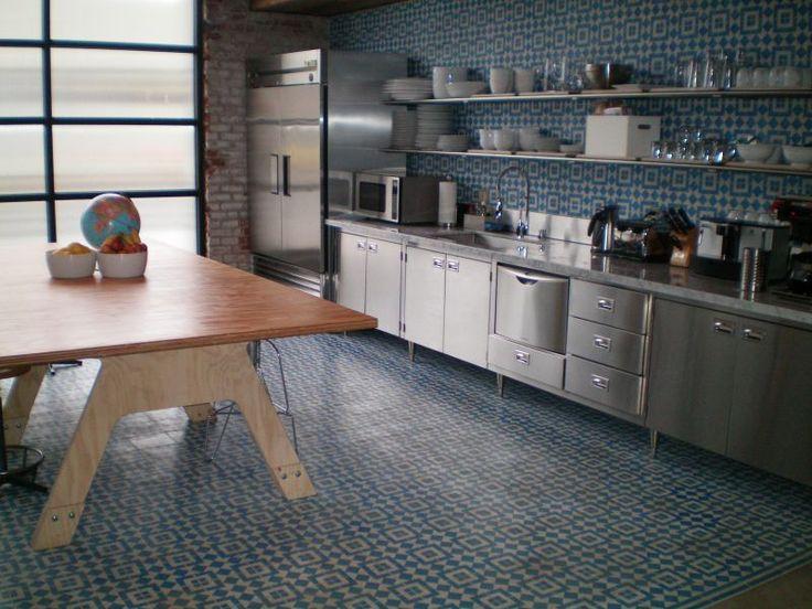 Piastrelle in cemento decorato impiegate per il rivestimento e la pavimentazione di una cucina