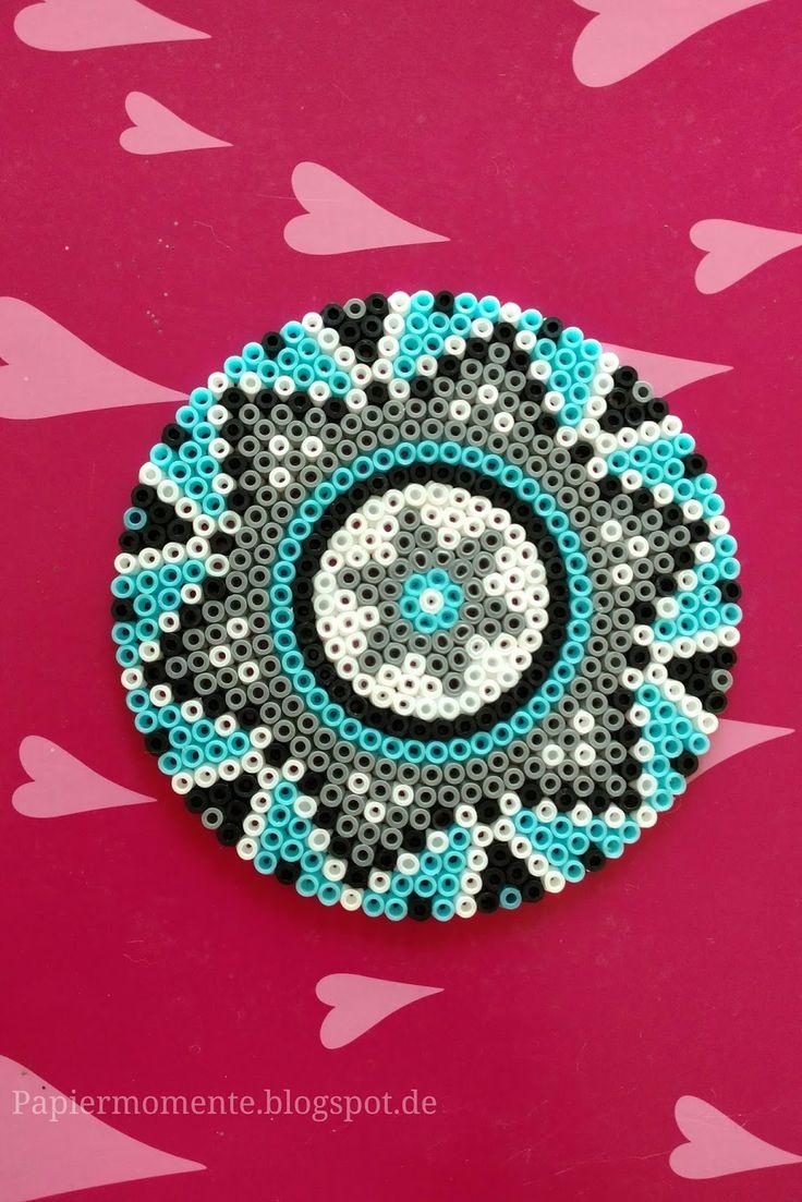 Basteln mit Bügelperlen                   Mit bunten Bügelperlen habe ich heute einen Stern in Kreisform gesteckt. Mit schwarzen, wei...