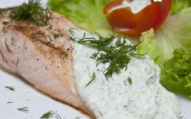 Salmone scottato con salsa di yogurt all'aneto #salmone #ricetta #salsa #yogurt #pesce #aneto