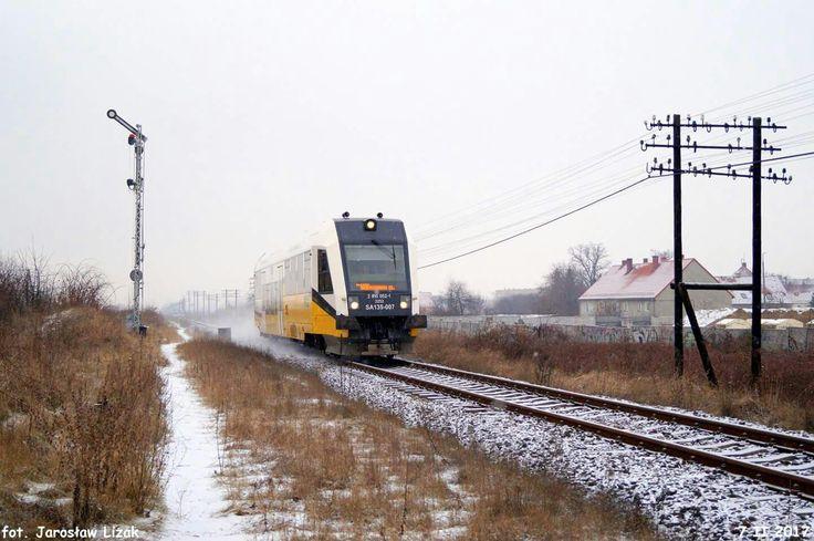 Pociąg Kolei Dolnośląskich z Legnicy do Dzierżoniowa mija semafor wjazdowy stacji końcowej.