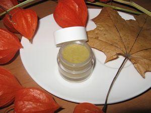 Нежнейший бальзам для губ на меду 1 ч.л. пчелиного воска; 1 ст.л. масла миндаля или оливкового масла; 1/2 ч.л. жидкого меда 5 капель эфирного масла (любого – апельсина, мандарина, мяты)