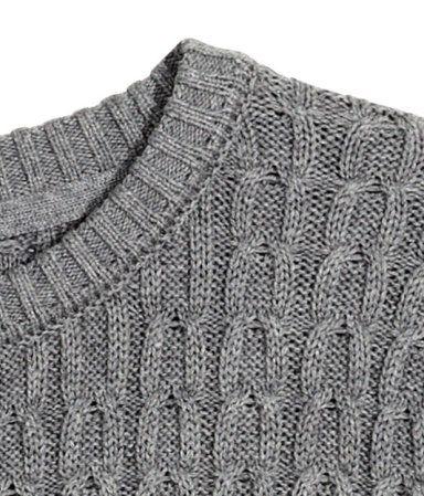 Jersey en tejido de algodón con textura. Modelo clásico de cuello redondo con mangas largas y remate de canalé en puños y parte inferior.