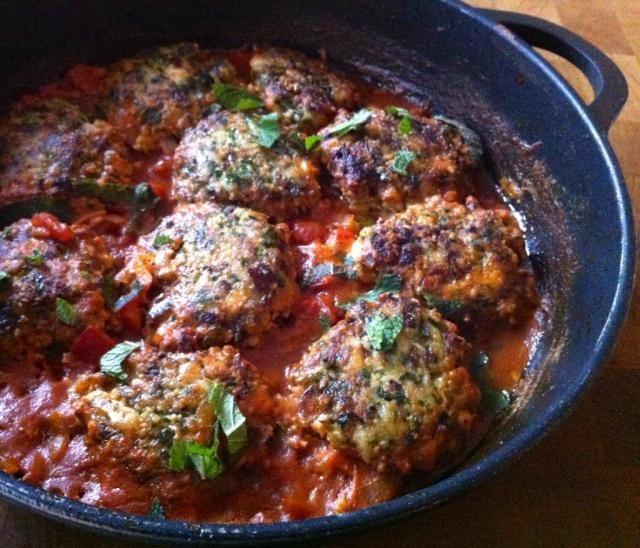 Ottolenghi's viskoekjes in tomatensaus | etenenzo