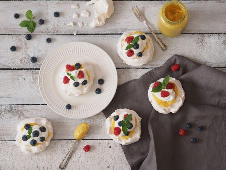 Mini Pavlova s citronovým krémem a ovocem | Na skok v kuchyni