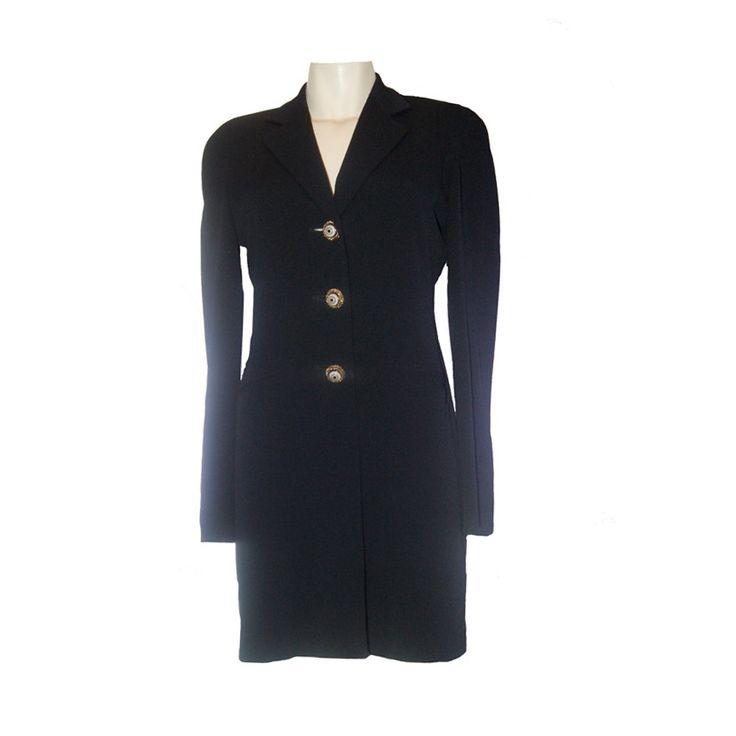 Lang, zwart colbert van Moschino. Prachtige afwerking, kijk bijvoorbeeld naar de knopen op Tweedehands Klassekleding : kleding waar vrouwen van houden .