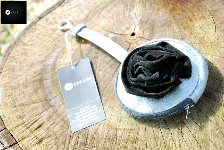 Portmoneu din piele naturala 17 -gri-argintiu -captusit cu textil rosu -florae din catifea neagra ca decor -inchidere prin fermoar -carabina metalica argintie -dimensiuni: d=11,5cm g=1cm l.maner=15cm   PRET: 50 lei