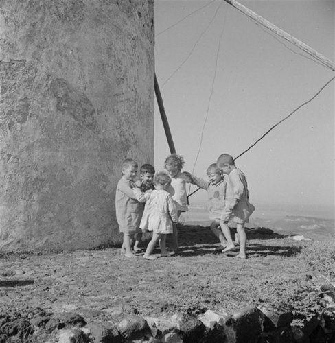 Παιδιά χορεύουν δίπλα σε ανεμόμυλο. Μύκονος, γύρω στα 1935 Βούλα Θεοχάρη Παπαϊωάννου