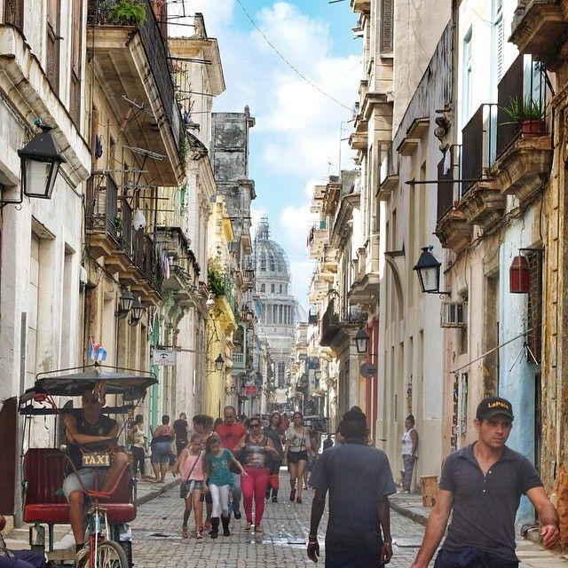 Det er både lyst og lystig i Havanas gater i dag. Her er det spennende nok å bare vandre rundt og se på folket og livet! #Havana #Cuba #kilroy
